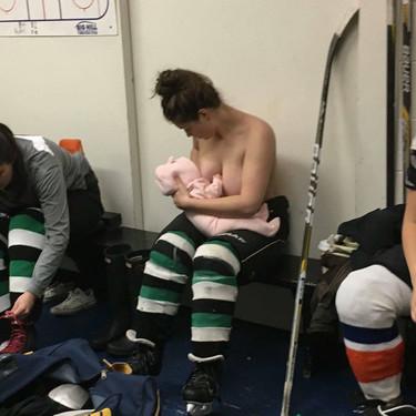 Las bonitas imágenes de una madre jugadora de hockey, amamantando a su bebé antes de un juego