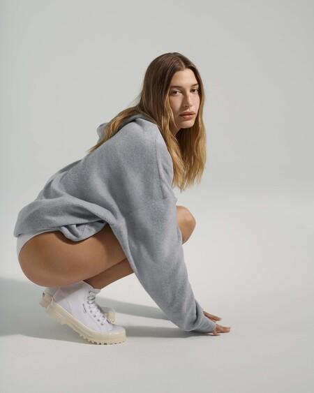 Las cinco tendencias en zapatillas de deporte que Hailey Bieber nos muestra cómo combinar en su campaña con Superga