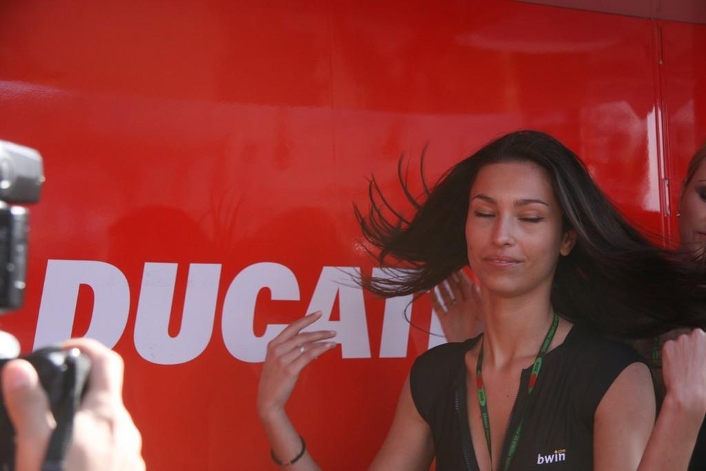 Foto de Las pit babes de Estoril en una Ducati 1098 (21/35)