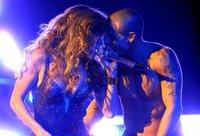 Casper lleva a Jennifer Lopez en más lugares además de en el corazón