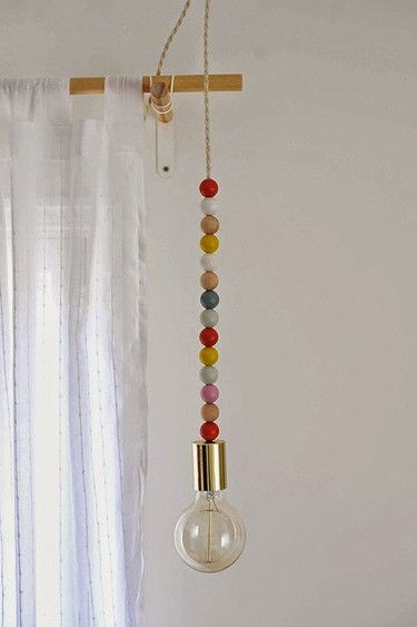 Hazlo tu mismo: una lámpara con una bombilla, una cuerda y cuentas