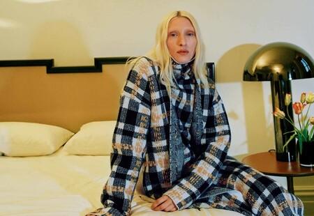 La ropa de punto comfy seguirá siendo tendencia el próximo otoño, pero Altuzarra la combina con las sandalias más extravagantes