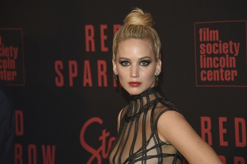 Jennifer Lawrence sigue apostando por los escotazos en las presentaciones de Gorrión Rojo