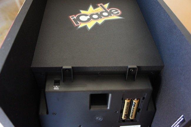 Conector de carga del iCade y detalle de las dos baterías que alimentan el controlador