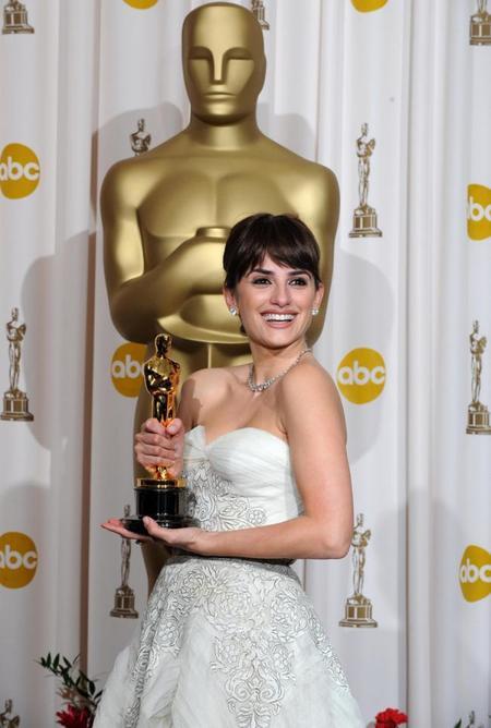 Penelope Cruz Pose Oscar