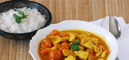Curry rápido de pollo y zanahoria con nata de avena. Receta saludable