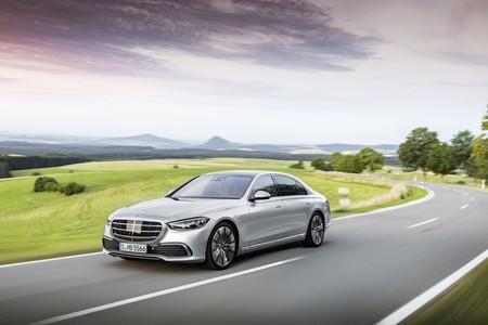El nuevo Mercedes-Benz Clase S estrena nivel 3 de conducción autónoma, intrumentación 3D y hasta cinco pantallas