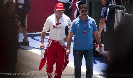 Fernando Alonso por el pit lane antes de la carrera