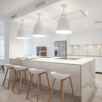 Puertas abiertas: apostando por la luz natural y por la cocina como eje central de la vivienda