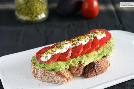 Tosta de aguacate, tomate, yogur y pistachos: receta para un desayuno saludable (y delicioso)
