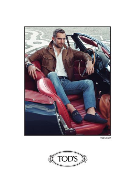 Autos clásicos y mocasines un binomio inagotable en la campaña de Tod's