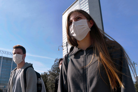 La psicosis por el coronavirus está dejando sin mascarillas a quienes más las necesitan