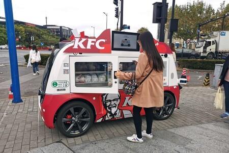 KFC está usando una mezcla entre food trucks y coches autónomos para repartir pollo frito en China, y parece que la idea funciona
