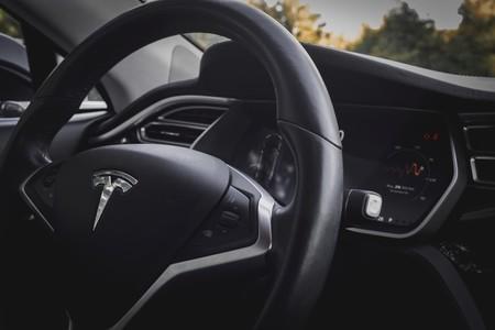 """""""Cotocloc, cotocloc"""": los Tesla podrán personalizar el ruido al moverse o del claxon y llegar a sonar como en la película de los Monty Python"""