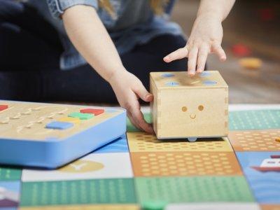 Cubetto, el encantador juguete robot que enseña a los niños a programar