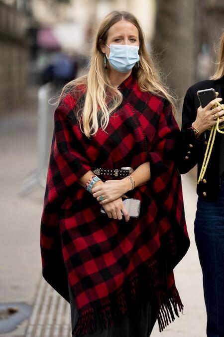 La tendencia que nos ha sorprendido: ahora las bufandas XXL se llevan ajustadas con cinturón como si fueran ponchos