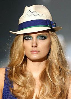 Sombrero y sombras de ojos combinados