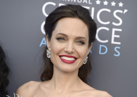 angelina jolie critics choice awards alfombra roja