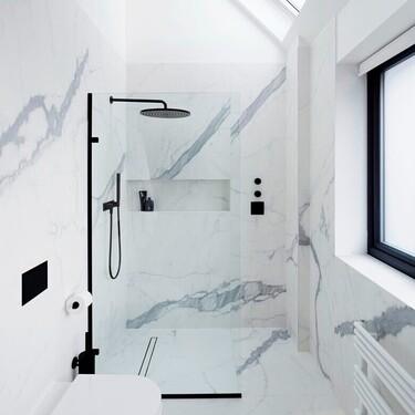 Mamparas y columnas de ducha en negro para conseguir un baño de película