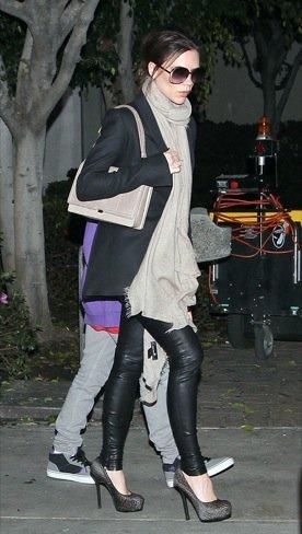 Look calle famosas bufanda: Victoria Beckham