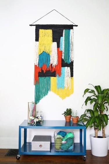 Hazlo tú mismo: un tapiz de lana y trapillo para decorar tu pared