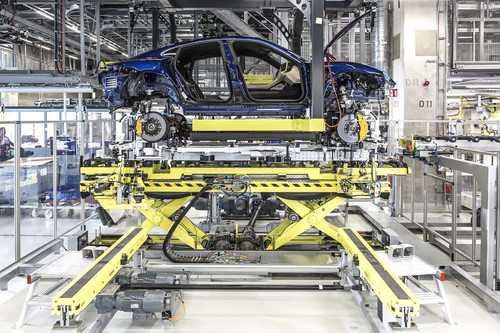 La fabricación del Porsche Taycan: robots autónomos, suelo de madera y mucha tecnología para el coche eléctrico