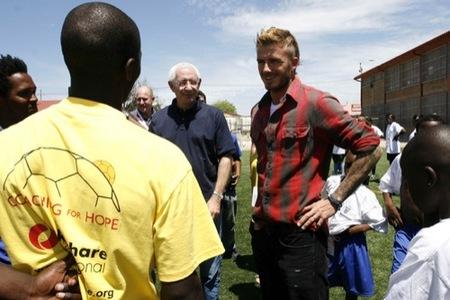 David Beckham con el nuevo tupé: trucos para ocultar las entradas y la caída del pelo, camisa cuadros