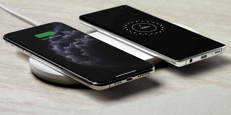 Cargar dos dispositivos inalámbricos cuesta la mitad con la base de carga Belkin Boost Charge. Macnificos la tiene por 24,99 euros