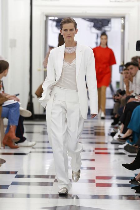 Victoria Beckham arrasa con el desfile de celebración de su décimo aniversario en el mundo de la moda. ¡Ficha todos los looks!