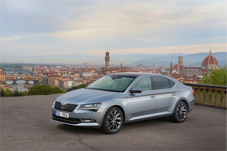El Škoda Superb híbrido enchufable confirmado para 2019