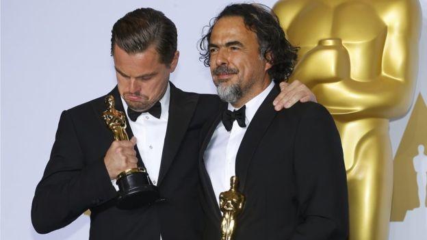 Leonardo DiCaprio parece no creerse que tiene un Oscar
