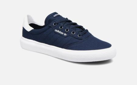 finest selection ee6da 53501 Por 34,60 euros tenemos estas zapatillas Adidas en azul marino (en negro  cuestan más) disponibles en la mayoría de tallas entre el 34 y el 39.