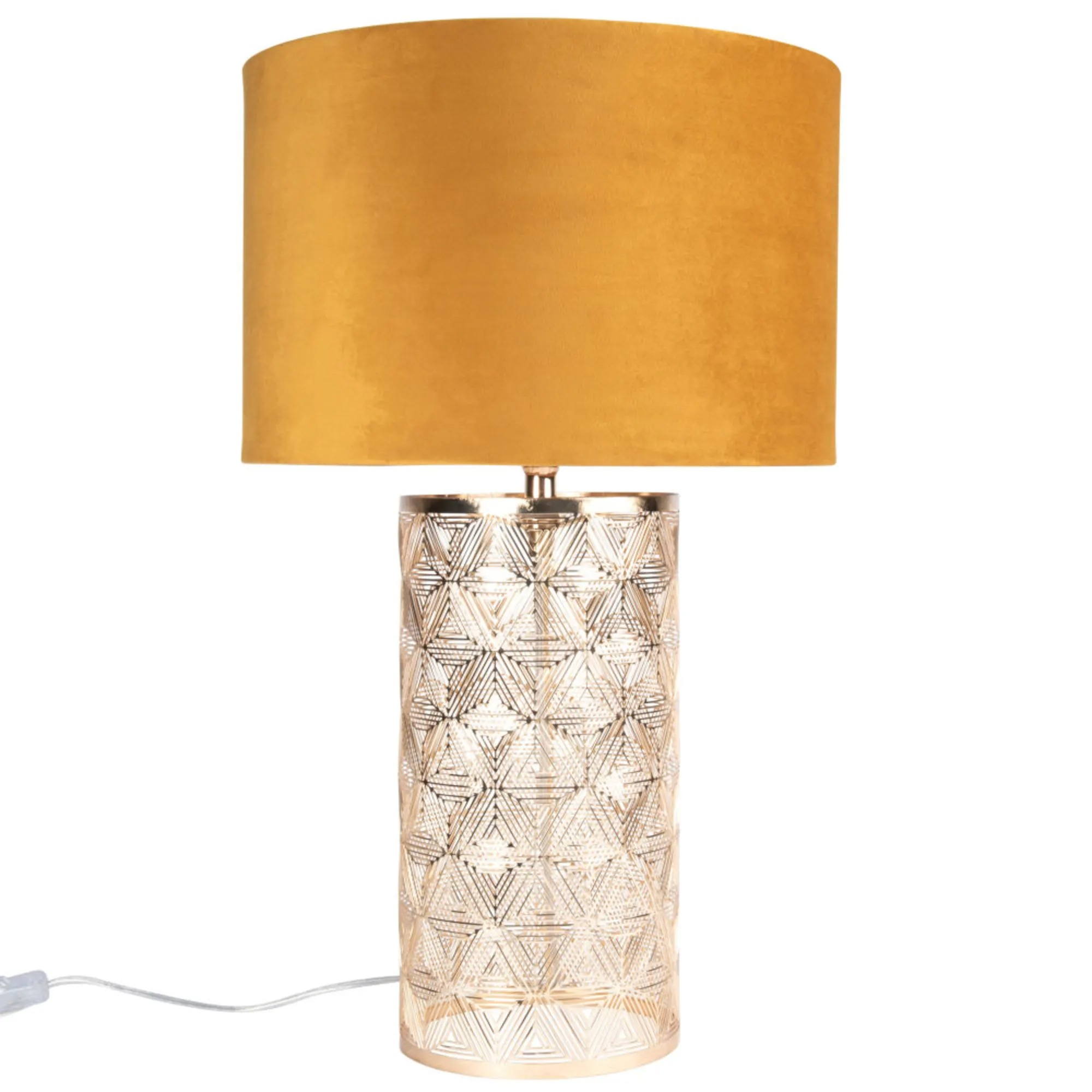 Lámpara de metal dorado con pantalla de terciopelo amarillo.