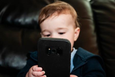 Bebé usando un smartphone