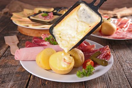 Qué es la raclette y cómo prepararla: la guía definitiva para disfrutar de este magnífico plato de queso suizo