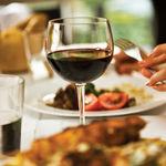Una copa de vino al día, ¿realmente saludable?