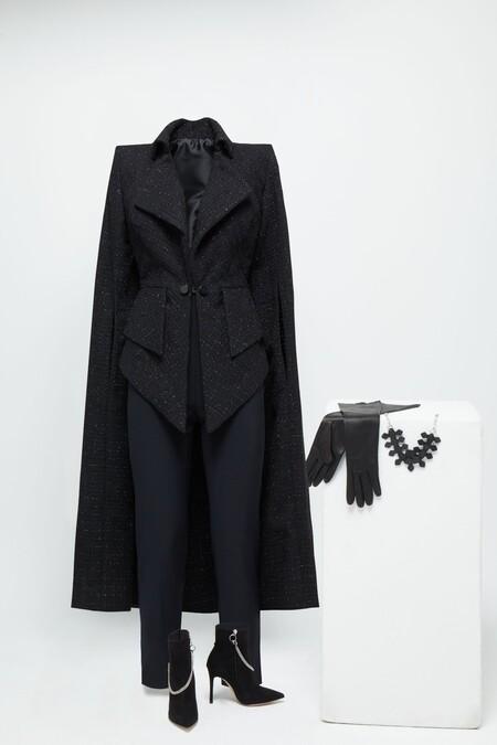 Jenny Beavan Para Cruella Chaqueta Con Capa De Tweed Negra Con Detalles Plateados Y Pantalones Elasticos Negros Mas Accesorios