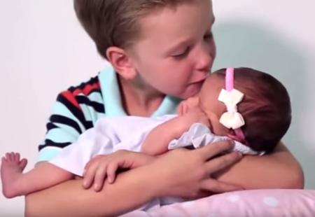 ¡Al fin llegó la niña! Sus seis hermanos varones le dan la bienvenida en este bonito vídeo