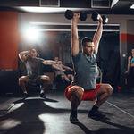 Solo con un par de mancuernas puedes tener un entrenamiento de CrossFit: cinco ejercicios para una rutina completa