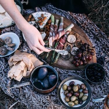 Guía básica de cómo hacer una tabla de quesos y embutidos para una reunión en casa
