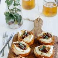 Canapés de queso Brie y cebolla caramelizada. Receta