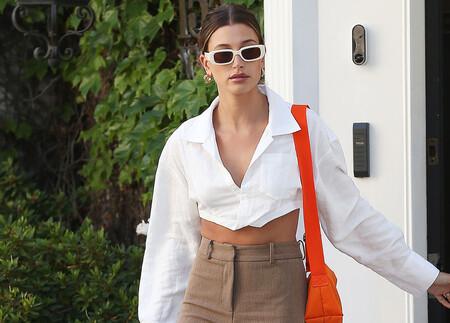 El último look de Hailey Bieber nos demuestra que los complementos de color naranja se adaptan a todos los estilos