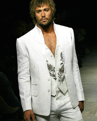 Los accesorios Si decides casarte todo de blanco, busca collares o pulseras que resalten el estilo que has elegido. Si la boda es de día, procura no llevar