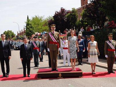 Doña Letizia elige el blanco y negro para su look en el Día de las Fuerzas Armadas