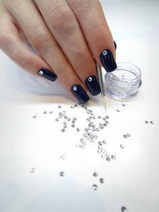 Swarovski y esmalte de uñas permanente, una manicura ideal desde Nochebuena hasta Nochevieja
