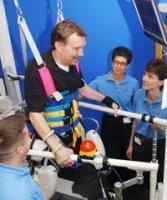 Caminadora con arnés ayuda a pacientes con ACV