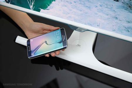 Samsung quiere que carguemos nuestro smartphone de forma inalámbrica con sus nuevos monitores