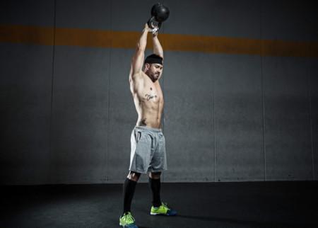 Trabaja duro todo tu cuerpo con estas variantes del swing con pesas rusas