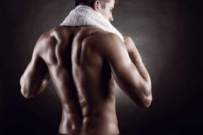 Cuatro ejercicios para entrenar las lumbares en el gimnasio: cómo hacerlo bien paso a paso