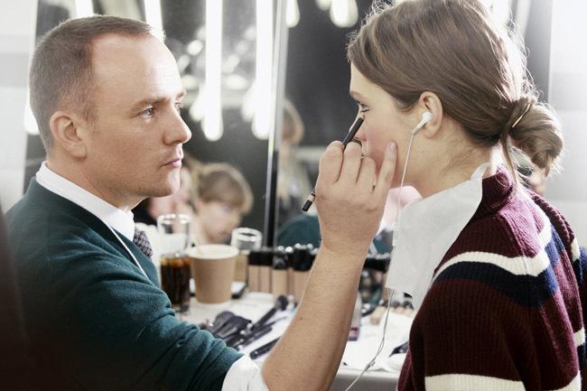 Peter Philips maquillando